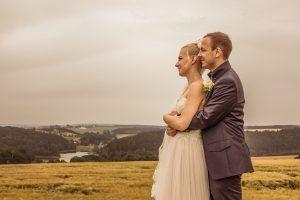Brautpaar auf dem Feld