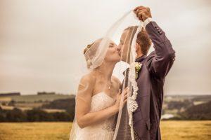 Brautpaar hinter Schleier