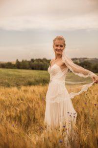 Braut auf dem Feld