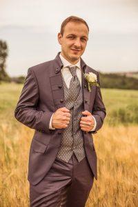 Bräutigam auf dem Feld