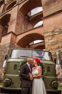 Brautpaar-Kuss-vor-Lkw