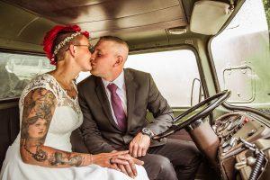 Brautpaar-Kuss-in-LKW