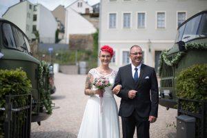 Braut-Vater-zwischen-LKW