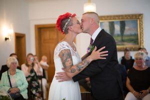 Brautpaar-Standesamt-Kuss