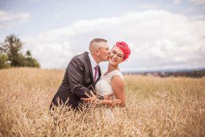 Brautpaar-Feld-Kuss