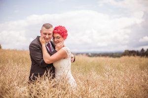 Brautpaar-Umarmung-Feld