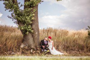 Brautpaar-unter-Baum-Feldrand